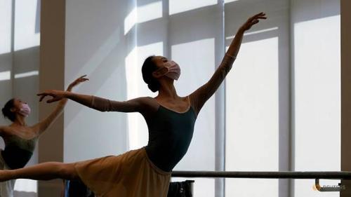 Shanghai-ballet-dancers-wearing-masks-practise-in-a-dance-studio-in-shanghai-5