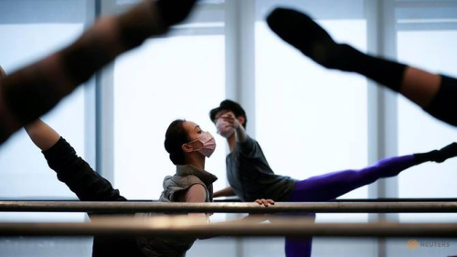 Shanghai-ballet-dancers-wearing-masks-practise-in-a-dance-studio-in-shanghai-2