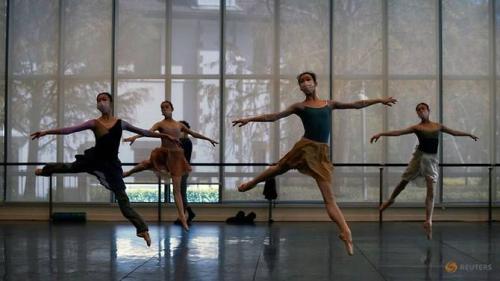 Shanghai-ballet-dancers-wearing-masks-practise-in-a-dance-studio-in-shanghai-1