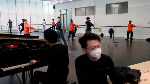 Shanghai-ballet-dancers-wearing-masks-practise-in-a-dance-studio-in-shanghai-8